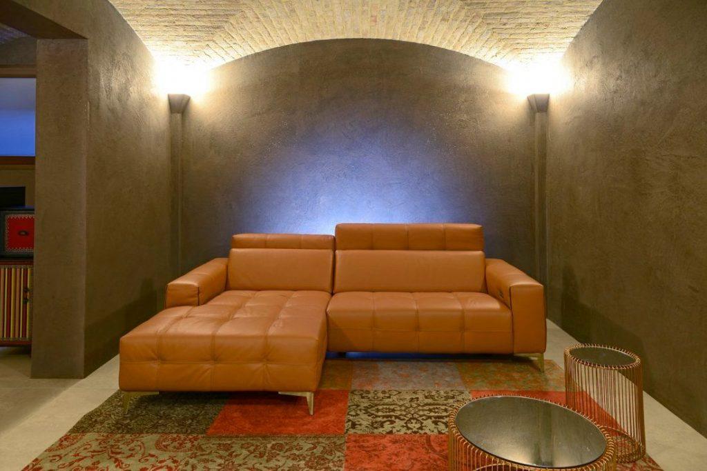 Divano moderno angolare lineare con relax con poggiatesta reclinabile pelle e tessuto, modello Tito | Gobbo Salotti