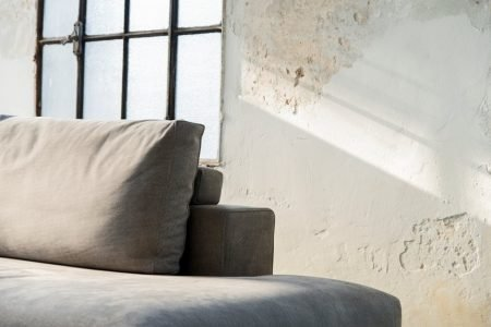 Divano design moderno angolare lineare con poggiatesta reclinabile pelle e tessuto, modello Marshall | Gobbo Salotti