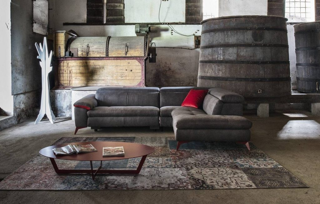 Divano moderno angolare lineare con relax con poggiatesta reclinabile pelle e tessuto, modello Madrid | Gobbo Salotti