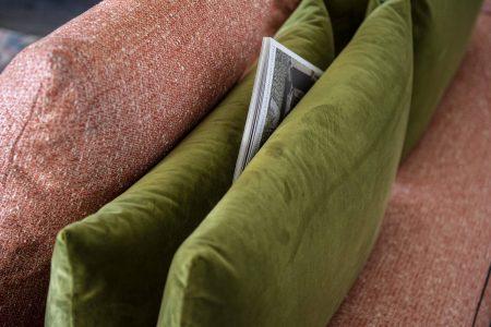 Divano design angolare lineare con schienale mobile pelle e tessuto, modello Milano | Gobbo Salotti
