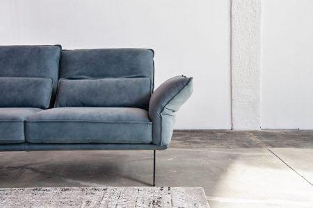 Divano moderno angolare lineare con poggiatesta reclinabile con schienale mobile pelle e tessuto, modello Capriccio | Gobbo Salotti
