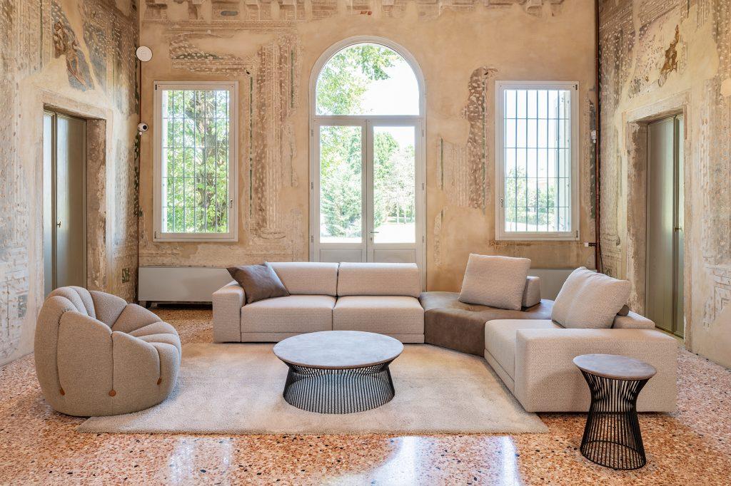 Divano moderno a moduli componibili angolare con penisola con poggiatesta reclinabile con relax con schienale mobile lineare pelle e tessuto, modello Maya | Gobbo Salotti
